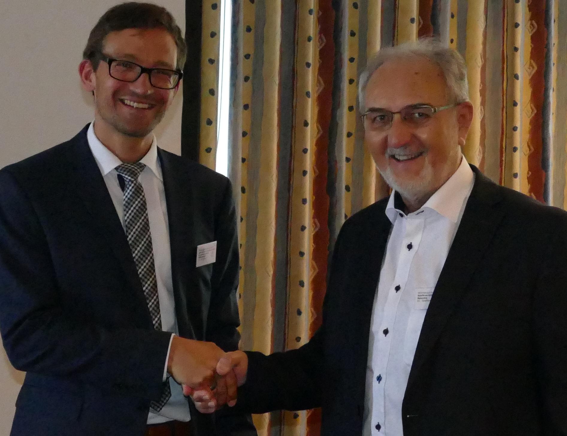 links Dr. Tim Schulze vom Bundesministerium für Wirtschaft und Energie,  rechts Dr. Spenke, Vorsitzender des Bundesverbandes Wintergarten e.V.